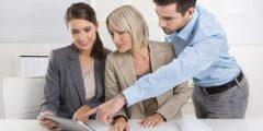 Präsentation am Tablet PC: erfolgreiches Business Team