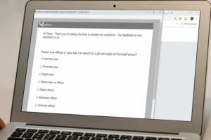 Qualtrics-Fragebogen auf dem Laptop